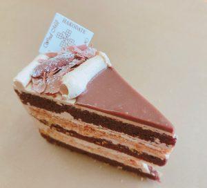 【フィユタージュ】 クラシカルなケーキを現代風にアレンジしました。パイ生地をプラリネのクリームではさんだサクサクのケーキです。