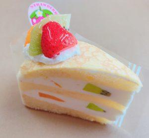 【ボンブクレープショート】 フルーツをサンドしたショートケーキにクレープを被せました。