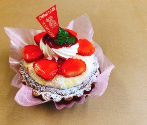 【苺のタルト】 贅沢にも苺をふんだんにのせた、見た目も美しいタルトケーキです。