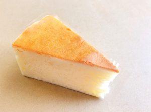 【チーズスフレ】 口溶けが爽やかなしっとりタイプのチーズケーキです。