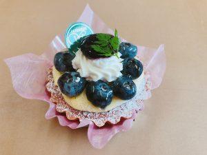 【ブルーベリータルト】 ブルーベリーの甘ずっぱさがカスタードクリームと絶妙の取り合わせのタルトケーキです。