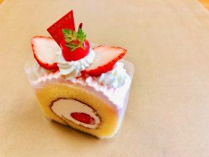【苺のミルクロール】 上にも苺、中にも苺、クリームにも苺の、苺づくしのロールケーキです。