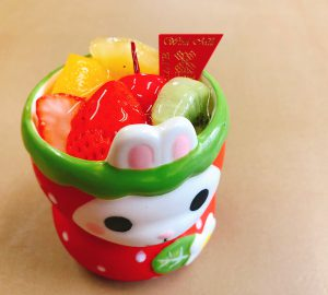 【プリンアラモード】 たっぷりのフルーツとやわらかなプリンが詰まったスペシャルプリンです。 季節によってカップの形が変わります。
